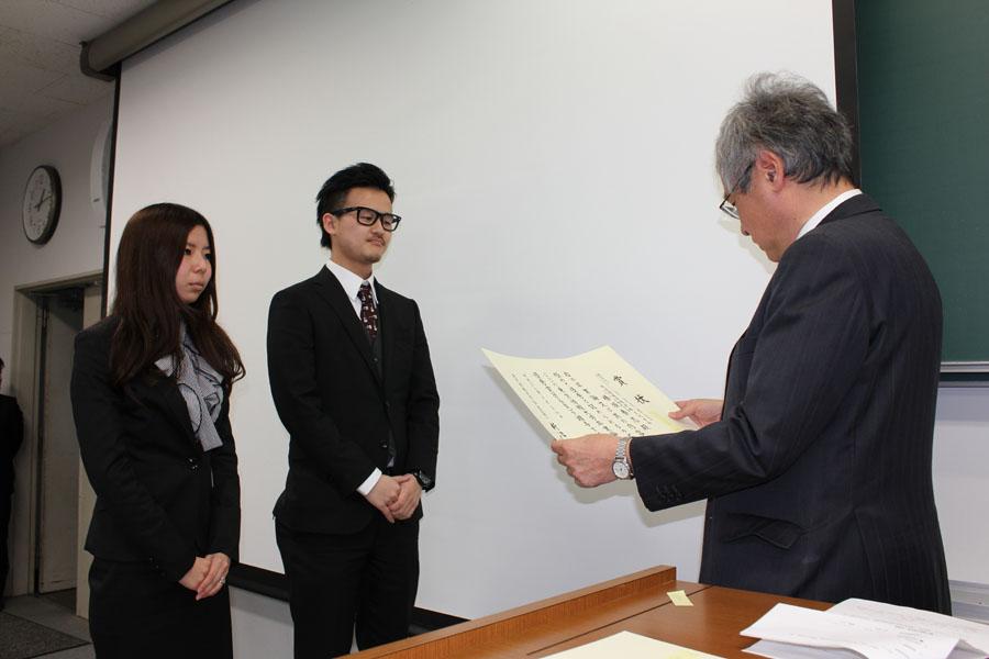左から安岡ゼミ、椿坂、元廣、小泉学科長 2名による共同研究で卒論タイトルは「Webインタラクションを活用した学科公式サイト構築の実践研究」です